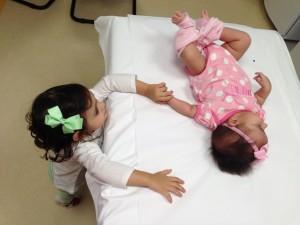 Bruneca dando apoio pra irmã... ela já tinha tomado a dela.