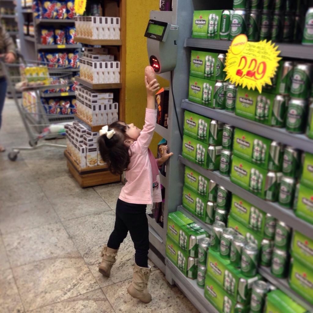 criança no supermercado