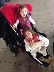 """Antes de guardar a """"manta bege"""", agarrada nela no aeroporto de Orlando."""