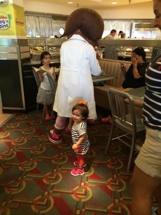 character dining almoço com personagem Disney doutora brinquedos 2