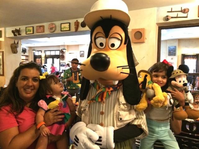 character dining almoço com personagem Disney pateta