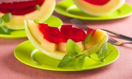 Gelatina no melão (achei lindo!!) |