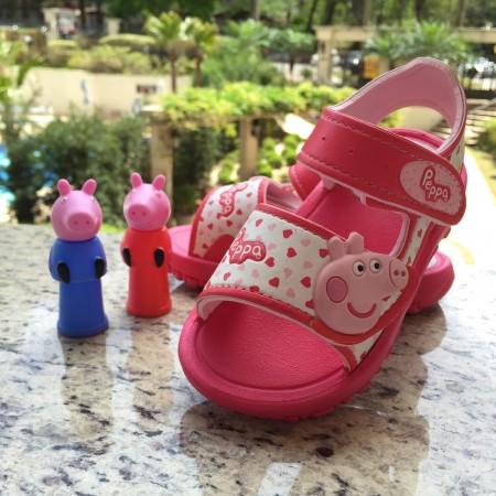 Peppa & George em dedoches acompanham as sandálias