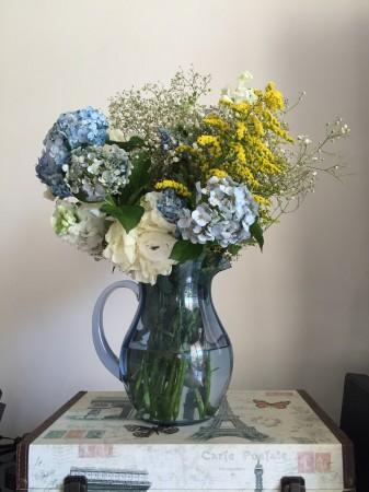 Usei 2 jarras minhas azuis para os arranjos da mesa.