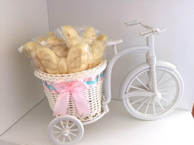 Coloquei alguns pirulitos de chocolate em uma bicicleta (comprei na 25)
