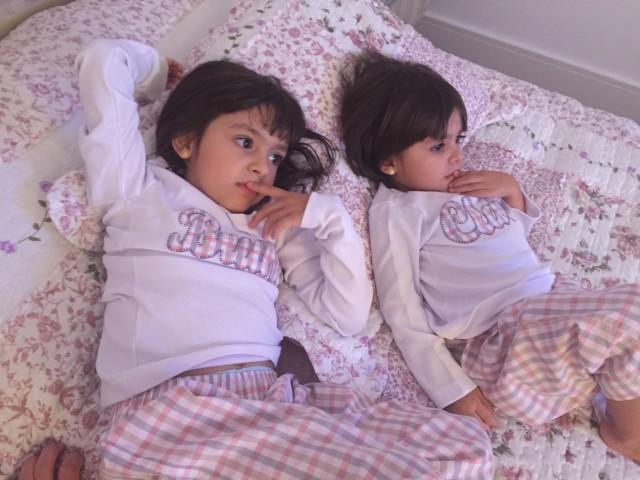 Bruna e Clara assistindo desenho e lutando contra o sono.
