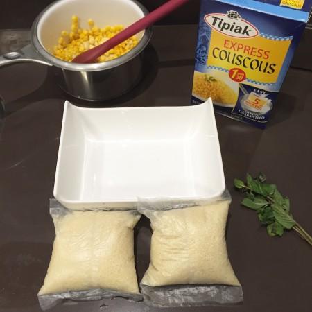 Abre o saquinho depois de cozinhar, mistura manteiga ou no meu caso, o milho na manteiga e mistura