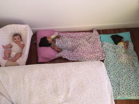 quarto compartilhado saco de dormir acampamento no quarto dos pais