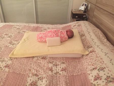 """Fica mais ou menos assim o """"QG"""" do bebê recém-nascido aqui em casa (essa é a Alice)"""