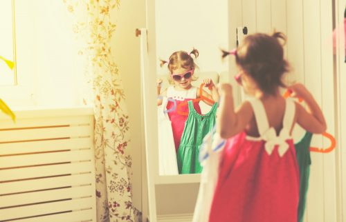 autonomia criança se vestindo desenvolvimento
