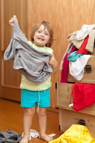 criança se vestindo desenvolvimento